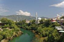 Боснія і Герцеговина, Мостар, Старе місто, річку Неретва, мечеть Karadoz Бей денний час — стокове фото