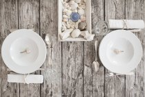 Due regolazioni di posto sulla tavola imbandita marittimo — Foto stock