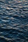 Крупним планом подання водної поверхні з хвилями — стокове фото