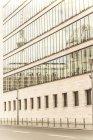 Німеччина, Берлін, Телевізійн башт дзеркальний скляним фасадом з Федеральне міністерство закордонних справ — стокове фото