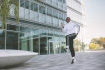 Спортсмена тренування перед Офісна будівля — стокове фото