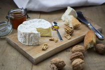 Camembert au pain, noix et miel sur bois — Photo de stock