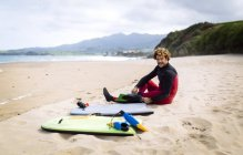 Spain, Asturias, Colunga, surfer preparing on the beach — Stock Photo