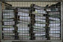Mucchi di file di office dietro la griglia del metallo — Foto stock