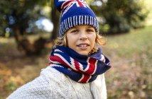 Retrato del chico rubio usando ropa de punto de moda en otoño - foto de stock