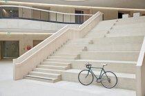 Corsa del ciclo in piedi davanti alle scale — Foto stock