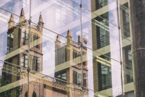 Німеччина, Берлін, Berlin-Mitte, Friedrichswerder церква дзеркальний скляним фасадом з Федеральне міністерство закордонних справ — стокове фото