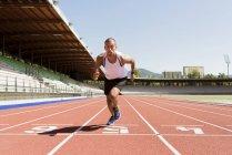 Молодой спортсмен начинает бег, тратан — стоковое фото