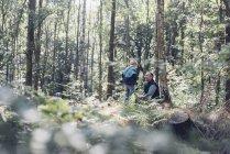 Улыбающийся человек с мальчика в лесу — стоковое фото