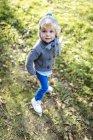 Портрет маленького мальчика в осенней моде — стоковое фото