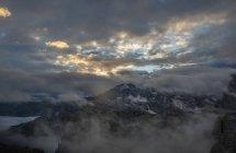 Ve a las montañas de los Cadini di Misurina al amanecer en un día nublado, Dolomitas, Alto Adige, Italy - foto de stock
