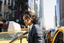 США, Нью-Йорк, підприємцем, ввівши таксі — стокове фото