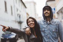 Smiling couple walking in the city — Stock Photo