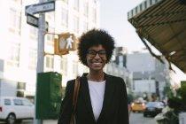 Портрет улыбающейся деловой женщины в очках — стоковое фото