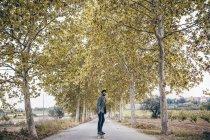 Людина з longboard на дорозі — стокове фото