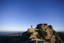 Испания, Каталония, Жирона, туристка на вершине горы, наслаждающаяся природой — стоковое фото