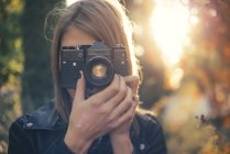 Woman taking photos with vintage camera — Stock Photo