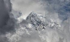 Nepal, Himalaya, Khumbu, mountains in clouds — Stock Photo