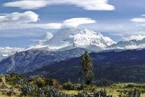Pérou, Ancash, Cordillère Blanche, le parc national Nevado Huascaran, paysage de montagnes panoramiques avec vue sur le pic enneigé — Photo de stock