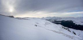 Scozia, Glencoe. Due escursionisti sul paesaggio montano innevato — Foto stock