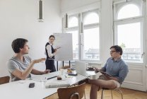 Gente de negocios creativos con una reunión en una oficina moderna - foto de stock
