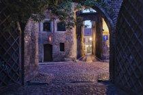 Vicoli di Polonia, Torun, presso il centro storico medievale di sera — Foto stock