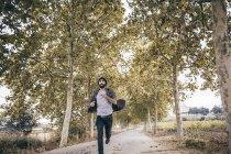 Homem correndo na estrada do país — Fotografia de Stock