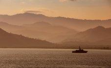 Індонезія, Сумбава острів, корабель у вечірній час — стокове фото