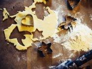 Weihnachtsbäckerei auf holzuntergrund — Stockfoto