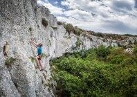 Гозо, Мджар Ix Xini, молодий чоловік скелелаз на скелі в горах — стокове фото