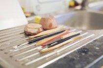 Пензлі й інструменти в раковині — стокове фото