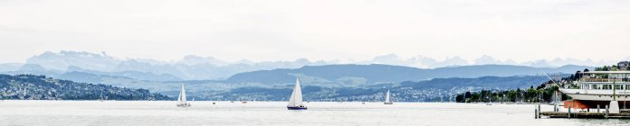 Switzerland, Zurich, Lake Zurich with boats in cloudy day, panorama — Stock Photo