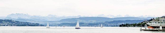 Svizzera, Zurigo, Lago di Zurigo con barche in giorno nuvoloso, panorama — Foto stock