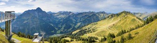 Vue panoramique d'Autriche, Riezlern, lors du sommet du télésiège Horn vers Kleinwalsertal — Photo de stock