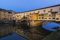 Italy, Tuscany, Florence, View of Arno River and Ponte Vecchio in the evening — Stock Photo