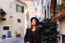 Italie, Vérone, jeune femme dans la ville en parcourant — Photo de stock