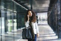 Jeune femme parlant sur téléphone portable à l'extérieur — Photo de stock