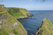 Великобритания, Северная Ирландия, Антрим, одинокий рыбак дом в залив Порт Луны — стоковое фото