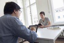 Due uomini d'affari creativi che si incontrano in un ufficio moderno — Foto stock
