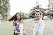Couple dans l'amour debout dans le parc — Photo de stock