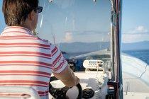 Мексика, Пуэрто-Вальярта, человек, Руководящий лодку — стоковое фото