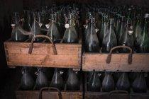 Alemanha, Burghausen, velhas caixas de cerveja de madeira com garrafas de cerveja vazias na Abadia de Raitenhaslach — Fotografia de Stock
