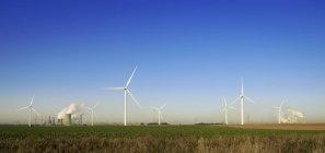 Veduta delle ruote eoliche e della centrale mineraria di Neurath, Renania Settentrionale-Vestfalia, Germania — Foto stock