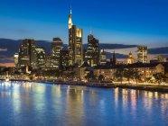 Skyline of finanial district in background, Río Meno, Frankfurt, Alemania - foto de stock