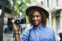 Woman holding camera — Stock Photo