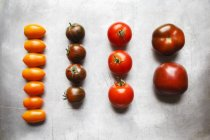 Filas de coloridos tomates frescos - foto de stock