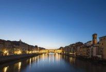 Italia, Toscana, Firenze, vista del fiume Arno e Ponte Vecchio di sera — Foto stock