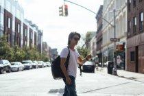 США, Нью-Йорк, люди сидять в середині дороги в Уільямсберг — стокове фото