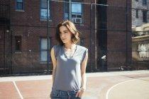 Портрет молодой женщины, стоящей на детской площадке — стоковое фото