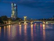 Allemagne, Francfort, fleuve principal avec le Banque centrale européenne, BCE tour illuminé le soir — Photo de stock